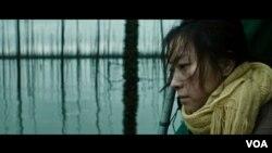在2019年全球重大电影节上大有斩获的短片《珍珠》中被迫遗弃女儿的母亲。