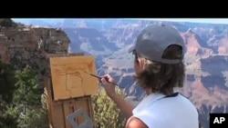 ສິນລະປິນຄົນນີ້ກຳລັງແຕ້ມທິວທັດ ອຸດທະຍານແຫ່ງຊາດ Grand Canyon ຂອງສະຫະລັດ.