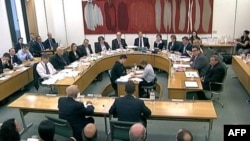 Руперт Мердок і його сил Джеймс перед комісією британського парламенту