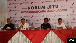 Dari kiri: Ahli Vulkanologi Indonesia Surono, Kepala Badan Geologi Kementerian ESDM Rudy Suhendar, Moderator, serta Deputi Geofisika BMKG dalam acara Mitigasi Bencana Masih Jadi PR, di Jakarta, Kamis (3/1). (VOA/Ghita)