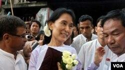 Aung San Suu Kyi bersama para pendukungngya di markas partai NLD di Yangon, Birma.