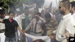 아사드 대통령의 초상을 태우는 반정부 시위대(자료사진)