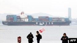 Teretni brod isplovljava iz luke u Oklandu, a demonstranti blokirali nekoliko ulaza u istu luku