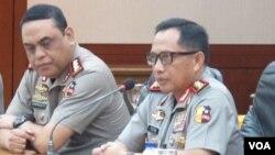 Kapolri Jenderal Tito Karnavian (kanan), didampingi oleh Wakapolri Wakil Komjen Syafruddin memberikan penjelasan di Jakarta. (VOA/Fathiyah Wardah)