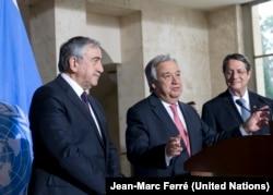 Sekjen PBB, Antonio Guterres, dalam konferensi pers bersama pemimpin Siprus-Yunani, Nicos Anastasiades dan pemimpin Siprus Turki, Mustafa Akinci dalam pembicaraan Siprus, 12 Januari 2017 (UN Photo/Jean-Marc Ferré)