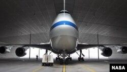 "NASA资料照片:由波音747SP飞机特殊改装成的""同温层红外天文观测台""(SOFIA)驶往德国汉堡的设施进行定期维修。(2020年9月29日)"