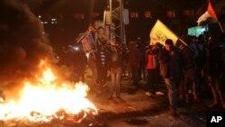 巴勒斯坦抗议者在加沙市焚烧轮胎.(2017年12月6日)