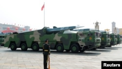 2019年10月1日在北京天安門廣場舉行的閱兵式上展示的中國車載東風17型導彈。