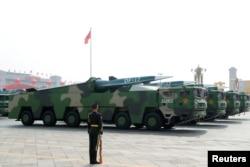 北京天安门广场举行的阅兵式上展示的中国车载东风17型导弹。(2019年10月1日)