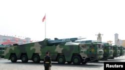 在北京天安門廣場舉行的閱兵式上展示的中國車載東風17型導彈。(2019年10月1日)