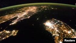 미국 항공우주국, NASA 인공위성이 지난 2014년 1월 동아시아 상공을 지나면서 촬영한 한반도 사진. 한국과 중국 사이에 위치한 북한이 캄캄한 바다처럼 보인다.