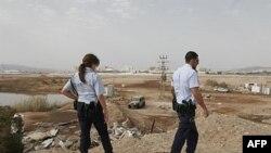 以色列警察在查看火箭袭击的现场