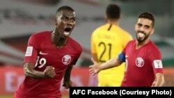 بازیکنان تیم فوتبال قطر پس از به ثمر رساندن گول در برابر امارات متحدۀ عربی