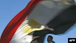 Jedan od učesnika protesta na kairskom trgu Tahrir nosi egipatsku zastavu