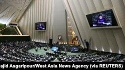 Lantai parlemen saat mosi percaya kabinet Presiden Ebrahim Raisi, di Majelis Permusyawaratan Islam di Teheran, Iran 25 Agustus 2021. (Foto: Majid Asgaripour/West Asia News Agency via REUTERS)