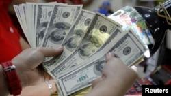 Uang kertas pecahan US$100 (Foto: dok).