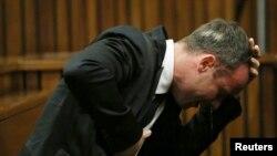 Bintang olimpiade Afsel, Oscar Pistorius menangis saat memberi kesaksian di Pretoria.