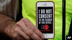 지난달 23일 미국 샌프란스시코 시 애플 매장 앞 시위대가 아이폰 잠금장치 해제를 요구한 미 연방수사국 FBI에 항의하며 사생활 보호를 촉구하고 있다. (자료사진)