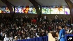 Mke wa Rais wa Marekani, Michelle Obama, akizungumza kwenye kanisa la Regina Mundi wakati wa mkutano wa viongozi wanawake vijana huko Soweto, Afrika kusini, June 22, 2011