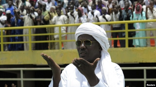 Muslims prays for peace during a rally at the March 26 stadium in Bamako, Mali August 12, 2012.