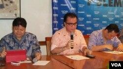 Dari kiri ke kanan: Husein Yazid dari lembaga survei Puskaptis; juru bicara kampanye Prabowo Subianto, Tantowi Yahya; dan Arief Budimanta, dari tim Joko Widodo. (VOA/Iris Gera)