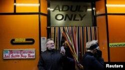Sebuah toko khusus dewasa di London. (Foto: Ilustrasi)