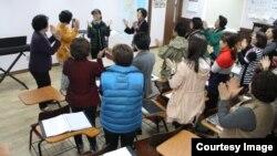 탈북 여성들로 구성된 '물망초합창단'이 공연 연습을 하고 있다. 사진 출처 = 물망초합창단 홈페이지.