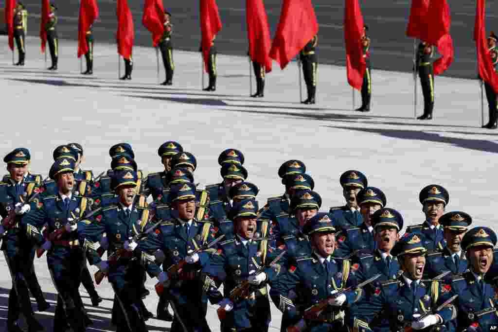 2018年10月26日,在北京人民大会堂外举行的欢迎日本首相安倍晋三的仪式上,仪仗队员呼喊。