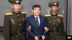 Ông Kim Dong Chul, người Mỹ gốc Bắc Triều Tiên, bị áp giải ra tòa án ở Bình Nhưỡng, Bắc Triều Tiên, ngày 29/4/2016.