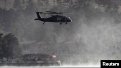 北約的直升機在喀布爾郊外的一家被塔利班襲擊的飯店上空盤旋