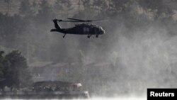 Sebuah helikopter NATO di Kabul, Afghanistan (foto: dok). Serangan NATO di provinsi Ghazni menewaskan seorang anak, Sabtu 30/3.