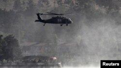 Helicopter NATO terbang di atas Kabul pasca serangan di sebuah hotel pertengahan tahun lalu (Foto: dok). Lima tentara AS tewas dalam kecelakaan helikopter NATO di wilayah Kandahar, Afghanistan Selatan (11/3).