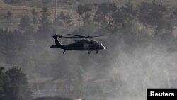 Trực thăng của NATO bay trên một khách sạn bị Taliban tấn công và bắt giữ con tin ở Kabul, Afghanistan, ngày 22/6/2012.