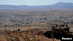 Tank pasukan Suriah tampak di Quneitra (foto: dok). Jenderal Iran dan 6 pejuang Hizbullah tewas oleh serangan udara di Quneitra.