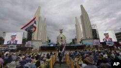 Para demonstran mendengarkan pidato dalam aksi demo menentang RUU amnesti di Monumen Demokrasi di Bangkok, Thailand (8/11).