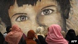 اقوام متحدہ کی ریلیف اینڈ ورکس ایجنسی کا غزہ میں واقع دفتر، جس کے باہر خواتین امدادی سامان کی کمی کے خلاف احتجاج کر رہی ہیں۔ فوٹو ، اے ایف پی، اٹھارہ مارچ دو ہزار اکیس