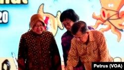 Wakil Presiden Jusuf Kalla menandatangani prasasti peresmian Pusat Daur Ulang Sampah Jambangan saat menghadiri peringatan Hari Peduli Sampah Nasional 2017 di Kenjeran, Surabaya (Foto: VOA/Petrus)