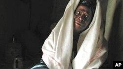 Uma ex-circumcisadora tradicional no Senegal mostrando as ferramentas que usa na prática da mutilação genital (arquivo)