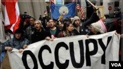 Para demonstran anti-Wall Street kembali melakukan aksi unjuk rasa di distrik keuangan di kawasan Wall Street, New York (17/11).