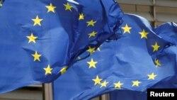 Bendera Uni Eropa berkibar di luar markas Komisi Uni Eropa di Brussel, Belgia, 5 Mei 2021. (Foto: REUTERS/Yves Herman)