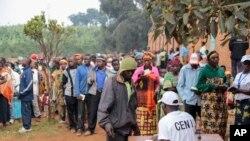 Watu wakiwa msitarini kupiga kura ya bunge June 29 nchini Burundi