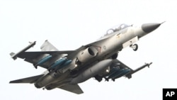 Taiwan air force IDF fighter jet scrambles from a highway during the Hanguang air force drill in Madou, Tainan city, south of Taiwan, April 12, 2011.
