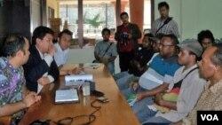 Perwakilan Dewan Adat Daerah Paniai, Papua (kanan) mendatangi kantor Komnas HAM di Jakarta untuk mengadukan dugaan pelanggaran aparat keamanan (7/12).