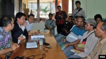 Perwakilan Dewan Adat Daerah Paniai, Papua (kanan) mendatangi kantor Komnas HAM di Jakarta untuk mengadukan dugaan pelanggaran aparat keamanan (foto: dok).