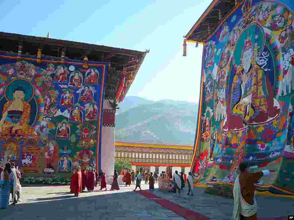 Two of the sacred Thongdroel (giant tapestry) unfurled at the coronation site, the Tashichho Dzong, November 05, 2008 (Photo/VOA - S. Herman)