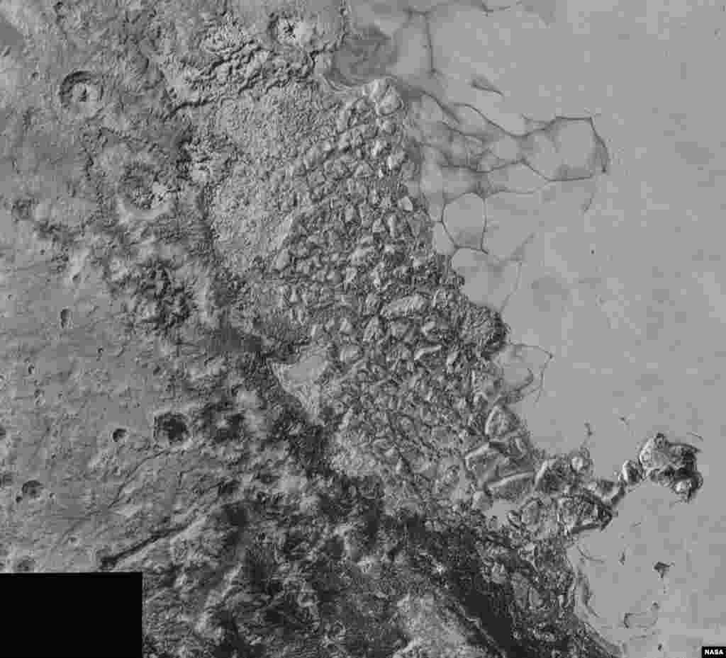 NASA'ya göre düzensiz şekilde bir araya gelmiş dağlar Jüpiter'in uydusu Europa üzerinde de gözlemlenen yüzeylere benziyor olabilir.