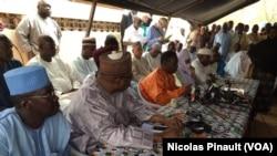 Ouhoumoudou Mahamadou, directeur de campagne du président nigérien Mahamadou Issoufou, lors d'une conférence de presse au quartier Château neuf de Niamey, le 24 février 2016. (VOA/Nicolas Pinault)