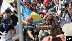 Des bagarres ont éclaré entre les manifestants et les contre-manifestants à Charlottesville, en Virginie, le 12 août 2017.