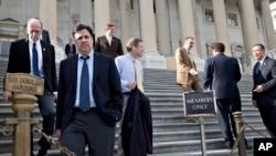 Dân biểu Raul Labrador (thứ 2 từ trái) và các thành viên của Hạ viện rời Điện Capitol sau khi bỏ phiếu về dự luật mới, 15/11/2013