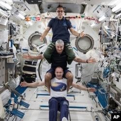 Rus Alexander Misurkin, na dnu, i NASA-ini Mark Vande Hei, u sredini, i Joe Acaba na vrhu, u Međunarodnoj svemirskoj stanici, 25. februara 2018.
